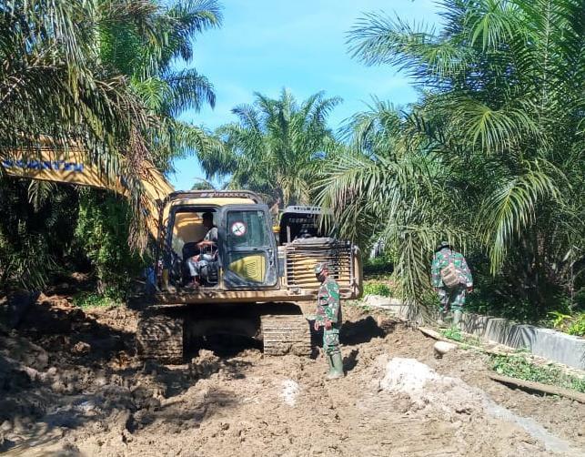 Hujan Dan Jalan Berlumpur Tidak Menyurutkan satgas TMMD Ke- 111 Kodim 0204/DS Untuk Terus Bekerja