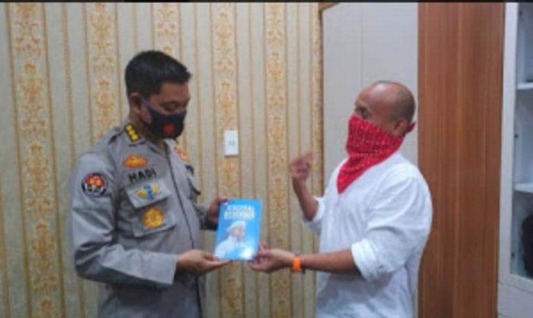 Ketua FWP Sumut, Berikan Buku Jenderal Bersorban Kepada Kabid Humas Poldasu