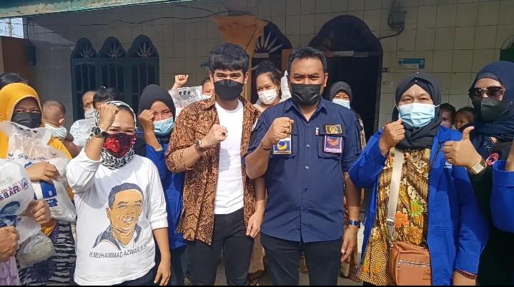 Ketua DPD GP Nasdem H.M.Azwar Bersama Artis Ibu Kota, Opan Badai Berbagi Di Kelurahan Satria